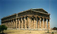 Veel Griekse tempels hebben eenzelfde soort opbouw. Zo staat het meestal rechthoekige gebouw op drie treden. De onderste 2 treden noem je stereobaat