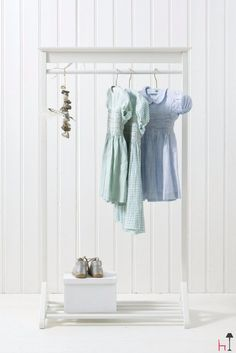 Lovely clothes rail for the kids´ room.