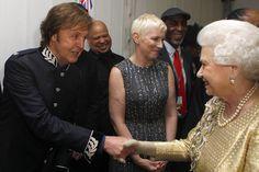 Queen Elizabeth II meets Sir Paul McCartney (L) and Annie Lennox (C) backstage after the Diamond Jubilee, Buckingham Palace Concert June 2012 in London, England. Paul Mccartney, Queen Elizabeth Birthday, Queen Elizabeth Ii, Companion Of Honour, Die Queen, Gary Barlow, Annie Lennox, Les Beatles, Sir Paul