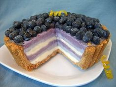 Wow, what a beautiful dessert! This frozen ice cream pie has a graham cracker crust and alternating layers of blueberry and cream cheese ice cream, all topped with a mound of fresh blueberries. Frozen Desserts, Frozen Treats, Just Desserts, Delicious Desserts, Dessert Recipes, Yummy Food, Oreo Dessert, Chocolates, Yummy Treats