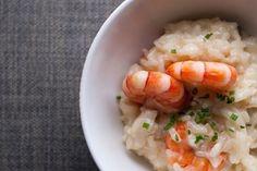 Risotto aux crevettes et au curry/Le risotto est un plat traditionnel de riz originaire du nord de l'Italie. Sa préparation n'est absolument pas compliquée.Il suffit juste de bien ajouter le bouillon louche par louche et donc de bien surveiller la cuisson/papillesetpupilles.fr