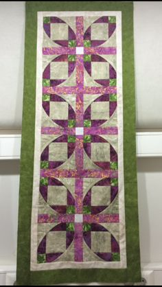 Love the colors. Made by betul canatar. Table Runner And Placemats, Table Runner Pattern, Quilted Table Runners, Small Quilt Projects, Quilting Projects, Quilting Designs, Quilted Placemat Patterns, Quilt Patterns, Knitted Heart Pattern