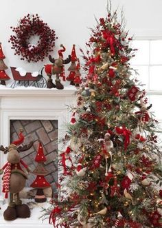 Cristhmas Tree Decorations Ideas : 25 Creative and Beautiful Christmas Tree Decorating Ideas Christmas Tree Design, Beautiful Christmas Trees, Noel Christmas, Country Christmas, All Things Christmas, White Christmas, Christmas Tree Decorations, Christmas Ideas, Homemade Christmas