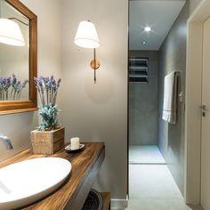 Luminária para banheiro: 50 modelos modernos e atemporais (Fotos) Mansions, Mirror, Furniture, Beaches, Home Decor, Bathrooms, Interior Lighting, Small Bathroom, Double Bedroom
