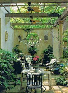 Det är något visst med innergårdar. Extra mysigt och lite kontinentalt. Inred med stora lerkrukor, växter, mattor och en skön sittplats. Sedan är det bara att invänta de ljumma sommarkvällarna.