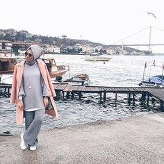 Hulya Aslan winter hijab, Hulya Aslan hijab fashion looks http://www.justtrendygirls.com/hulya-aslan-hijab-fashion-looks/
