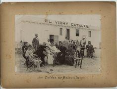 La familia Furest en la puerta del Balneario Vichy Catalan y de la primera planta embotelladora de Vichy Catalan (principios siglo XX, Caldes de Malavella).