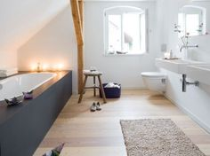 Ein Bad zum Relaxen Modern bathroom under the roof with lime paint and larch floor Large Bathrooms, Dream Bathrooms, Bathroom Spa, Bathroom Interior, Attic Bathroom, Sol Pvc, Lime Paint, Cork Flooring, Bedroom Flooring