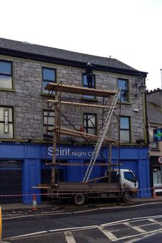 Unbelievable! Taking stupidity to new heights - literally. #safety #scaffolding