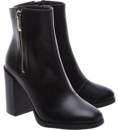Um modelo indispensável em qualquer closet! A bota de cano curto, salto bloco alto, em couro preto é um básico necessário para compor praticamente qualquer look para dias mais friozinhos. Tendo uma d