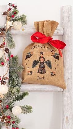 Petite hotte de Noël, le petit sac personnalisé pour y glisser vos petits cadeaux. 36x25cm - Fabrication Française. Burlap, Creations, Diy, Reusable Tote Bags, Couture, Christmas, Glass Display Case, Pouch, Easy Decorations