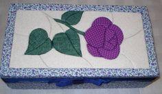 caixinha em patchwork embutido Quilting, Japanese Quilts, Sunbonnet Sue, Acrylic Art, Painting On Wood, Quilt Blocks, Cute Puppies, Pattern Design, Applique