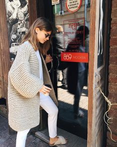 miu miu slippers paired with a chunky knit cardigan sweater. Love this simple casual fall outfit. Mode Outfits, Fall Outfits, Fashion Outfits, Womens Fashion, Fashion Tips, Fashion Trends, Fashion 2017, 90s Fashion, Korean Fashion