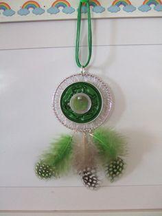 """Cet attrape -rêves est composé de :  d'un anneau """"attrape-rêves"""" en métal argenté de 52 mm  2 capsules aplaties vertes   2 sequins: un gris et un vert   1  cabochon gr - 18419878"""