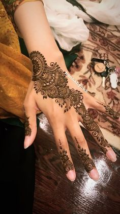 Mehndi design is one of the most authentic arts for girls. The ladies who want to decorate their hands with the best mehndi designs. Easy Mehndi Designs, Latest Mehndi Designs, Bridal Mehndi Designs, Arabic Henna Designs, Mehndi Designs For Girls, Mehndi Designs For Fingers, Mehndi Design Pictures, Beautiful Henna Designs, Henna Tattoo Designs