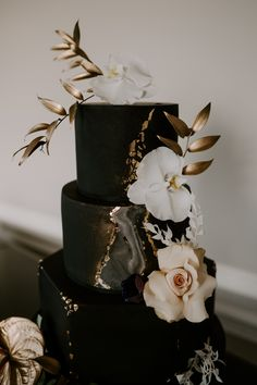 Black marble wedding cake with gold leaf and fresh florals. Gold leaf go Black And Gold Theme, Black Wedding Themes, Black Wedding Cakes, Beautiful Wedding Cakes, Gorgeous Cakes, Pretty Cakes, Cute Cakes, Black And Gold Birthday Cake, Black And White Wedding Cake