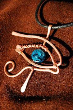Articoli simili a Occhio di filo di Horus Ra rame avvolto a sospensione con vetro con effetto craquelé blu bead su Etsy #wirejewelry