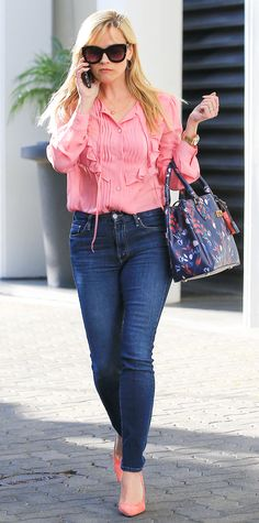 Reese Witherspoon's Sunniest Street Style Looks - February Reese channeled Elle Woods by stepping out in a pink ruffle-front Miu Miu blouse, medium-wash skinny jeans, Alice + Olivia sunnies, a Draper James purse, and flirty salmon-hued pumps. Style Casual, Cool Style, Preppy Style, Reese Witherspoon Style, Elle Woods, Fashion Outfits, Womens Fashion, Fashion Trends, Jeans Skinny