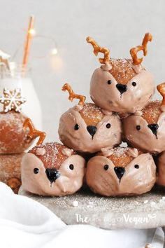 Vegan deer biscoff doughnut holes recipe Vegan Cake vegan xmas cake to buy Biscuits Végétaliens, Vegan Biscuits, Vegan Sweets, Vegan Desserts, Vegan Recipes, Holiday Baking, Christmas Baking, Christmas Deer, Winter Christmas