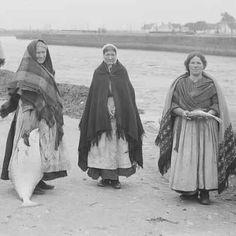 Claddagh women selling fish at the Spanish Arch,Galway Irish American, American History, Irish Famine, Irish Clothing, Irish Eyes Are Smiling, Love Ireland, Irish People, Ellis Island, Viajes