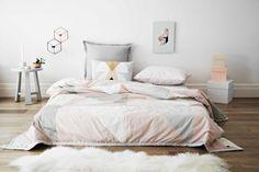 Monográfico: decorar camas en el suelo con textiles