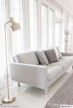 olohuone,sohva,olohuoneen sisustus,jalkalamppu,vaalean harmaa sohva My Dream Home, Bassinet, Love Seat, Couch, Living Room, Bed, Furniture, Interior Ideas, Home Decor