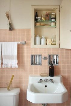 5 Pink Bathroom Ideas That Are Flattering for Everyone Say goodbye to boring neutrals and incorporate a pink into your bathroom. Here are 20 pink bathroom ideas that we love. For more interior inspiration and design trends, go to Domino. Pink Bathroom Tiles, Retro Bathrooms, Pink Tiles, Pink Bathroom Vintage, 50s Bathroom, Retro Bathroom Decor, Bathroom Beadboard, Colorful Bathroom, Cozy Bathroom