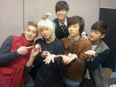 aawww they look so cute and young in this pic! Nu'est Jr, Nu Est Minhyun, Wonder Boys, Idole, Pledis Entertainment, Jonghyun, Kpop Groups, Blues, Musica