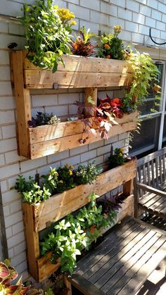 25 creative vertical garden ideas for small backyard 21 Vertical Garden Design, Vertical Gardens, Vertical Pallet Garden, Herb Garden Pallet, Palet Garden, Pallet Garden Walls, Succulent Garden Ideas, Vertical Planter, Succulent Containers