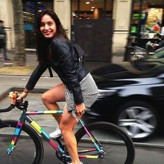 Carla Nafria fixie cycling in the city Cycle Chic, Bicycle Women, Bicycle Girl, Tatoo Bike, Fixed Gear Girl, Bici Fixed, Cycling Girls, Track Cycling, Bike Style