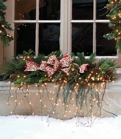 Great idea to decorating the windows for Christmas