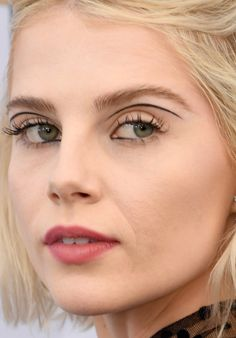 Close-up of Lucy Boynton at the 2019 SAG Awards. Celebrity Makeup Looks, Celebrity Beauty, Thick Eyeliner, Lucy Boynton, Retro Makeup, Summer Makeup Looks, Sag Awards, Pink Eyeshadow, Nude Lip
