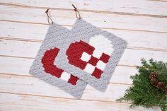 Grydelapper - Flettet Julehjerte | Tante tråd Christmas Knitting, Crochet Christmas, Crochet Potholders, C2c, Pot Holders, Christmas Ornaments, Holiday Decor, Blankets, Tricot
