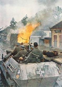Auf einer Vormarschstraße im Osten haben deutsche Panzer einen feindlichen Lastkraftwagen in Brand geschossen. 1941