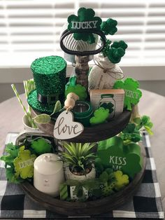 Go inexperienced with these St Patrick's Day decor concepts. From festive wreaths to shamrock decorations, there are many DIY St. Patrick's Day decorations right here that can assist you to plan the proper St. Patrick's day occasion. Sant Patrick, St. Patricks Day, Diy St Patricks Day Decor, St Patrick's Day Decorations, St Patrick Decorations, Balloon Decorations, Tiered Stand, Irish Traditions, Table Settings