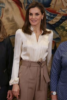 22 January 2018 - Queen Letizia receives representatives of Spanish Patients' Forum (FEP) at Zarzuela Royal Palace in Madrid Professional Outfits, Casual Summer Outfits, Classy Outfits, Look Fashion, Star Fashion, Formal Tops, Queen Outfit, Tailored Shirts, Blouse And Skirt