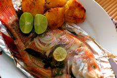 Mojarra asada con pplatano Shrimp, Food Photography, Wings, Colombian Recipes, Cooking Photography