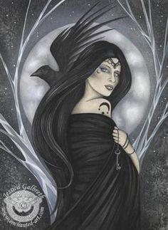 """Badb - Seu nome, que se pronuncia Baid, foi traduzido como Corvo de Batalha, ou Gralha Escaldada, que representaria o caldeirão da vida, conhecido em Gales como """"Cauth Bodva"""". Badb, deusa da Guerra, é esposa de Net, também deus da Guerra. Irmã de Macha, a Morrigu, e de Anu. Aspecto Maternal da Deusa Tripla irlandesa. Associada ao caldeirão, aos corvos e às gralhas, Badb rege a vida, a sabedoria, a inspiração e a iluminação."""