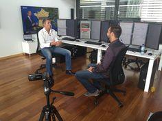 Les médias parlent de l'école internationale de Trading !  Interview de Luc VAUDAN par un média financier dans la salle de marchés à Barcelone.