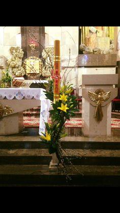 Pin na decor Altar Flowers, Church Flower Arrangements, Church Flowers, Floral Arrangements, Flower Art, Gerbera Flower, Altar Decorations, Deco Floral, Easter