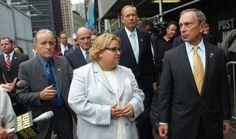rn rn Alicia Esteve fingió ser una de las supervivientes de los atentados del 11-S y llegó a presidir una asociación en memoria de las víctimas. En la fotografía, con el alcalde Bloomberg (derecha) y el exalcalde Giuliani (detrás) en 2005.rn
