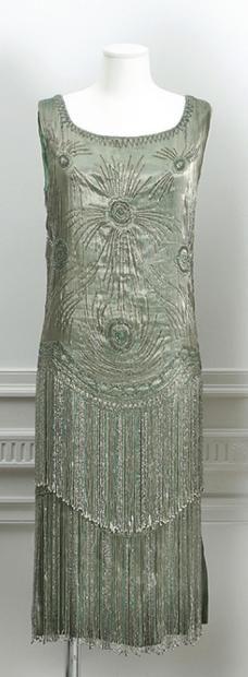 Anonyme circa 1925 Robe en soie métalisée vert d'eau rebrodé de perle