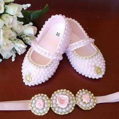 Sapatinhos customizados com pérolas Tiara de elástico Mãos de fada artesanato