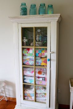 Ideas For Sewing Storage Cabinet Quilt Display Quilts Vintage, Old Quilts, Antique Quilts, Art Antique, Quilt Storage, Blanket Storage, Quilt Racks, Repurposed Furniture, Painted Furniture