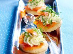 Découvrez la recette Blinis à la chantilly d'aneth et au saumon sur cuisineactuelle.fr.