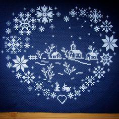 Вот такое зимнее сердце закончила сразу после НГ, оформили в синюю рамочку #вышивкакрестом #crossstitch #bannanna_crossstitching