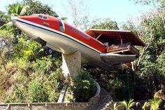 """slapen in een gecrasht vliegtuig. In het Manuel Antonio National Park van Costa Rica kan je slapen in een """"gecrashte 727″. Het is een luxe ingericht vliegtuig met prachtig uitzicht over het tropische regenwoud van Costa Rica."""