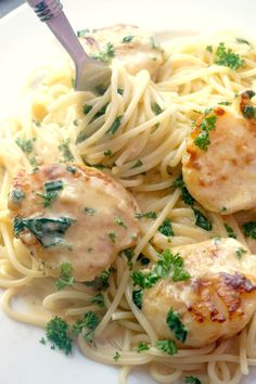 Creamy Garlic Scallops with Pasta, a delicious dinner that looks as good as an expensive meal at a posh restaurant. Quick, simple, but so yummy! Seafood Pasta Recipes, Seafood Appetizers, Seafood Dinner, Seafood Meals, Shellfish Recipes, Chicken Recipes, Best Scallop Recipe, Healthy Scallop Recipes, Garlic Scallop Recipe