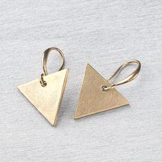 Messing Ohrringe geometrisch/minimal Dreieck von Saimana´s Pearls  auf DaWanda.com