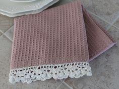 Gammelrosa kjøkkenhåndkle med blondekant, dekorativt på vintage kjøkkenet. 50X70 cm